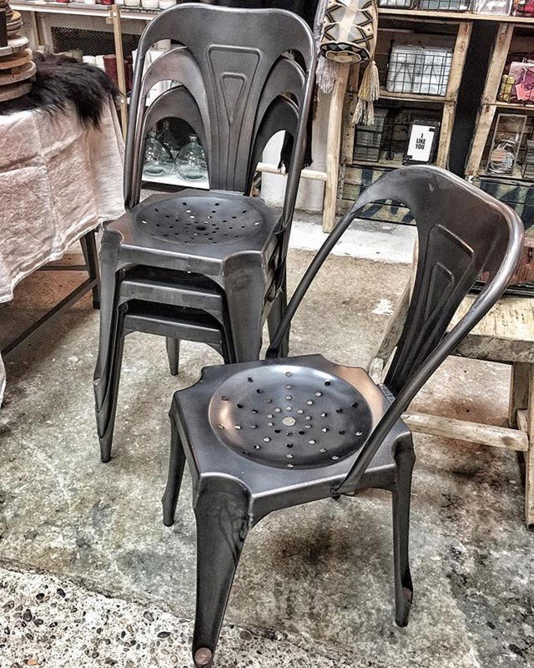 chaise style industriel en métal gris foncé