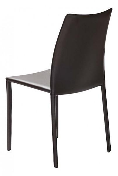 chaise noire classique en cuir
